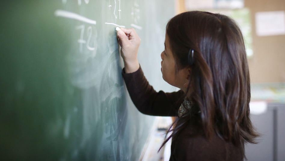 Mädchen im Matheunterricht (Symbolbild): Nicht automatisch schlechter