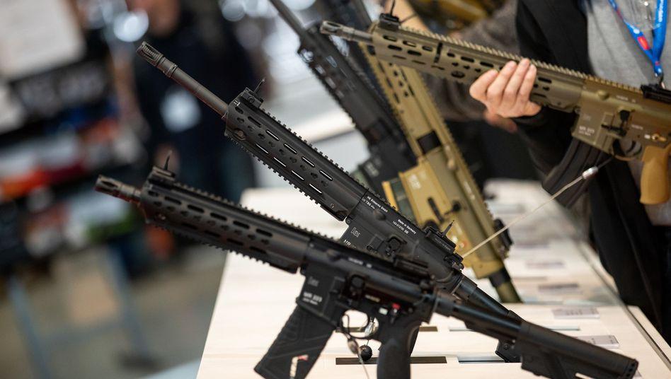 Gewehre des Waffenherstellers Heckler & Koch auf einer Fachmesse in Nürnberg