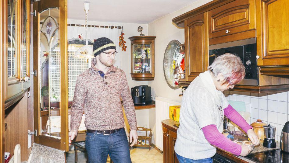 Was gibt's zu essen? Rückkehrer Stefan und seine Mutter in der Familienküche