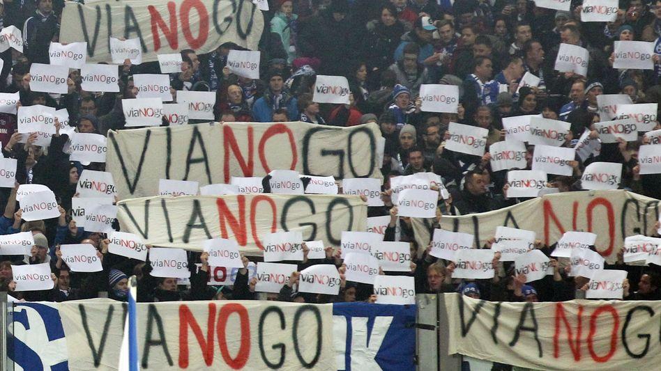 Seit Jahren in der Kritik: Schalke-Fans protestierten 2013 gegen einen Deal zwischen dem Klub und Viagogo, mit Erfolg