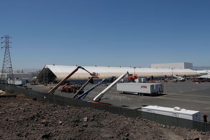 Zelt neben Tesla-Fabrik in Kalifornien