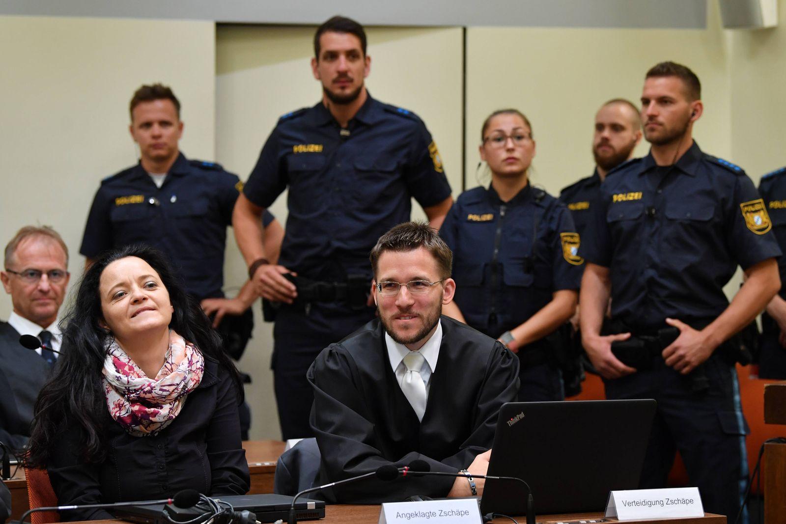 428 Verhandlungstag im NSU Prozess Die Angeklagte Beate Zschaepe unterhaelt sich mit ihrem Anwalt M