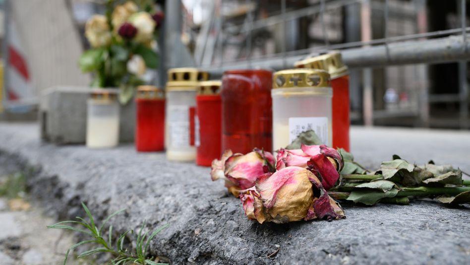 Blumen und Kerzen am Tatort der tödlichen Messerattacke in Dresden