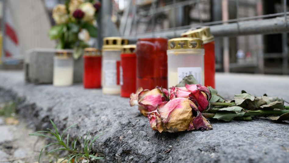 Blumen und Kerzen liegen unweit des Residenzschlosses in Dresden: Hier hatte Abdullah Al H.H. mutmaßlich zwei Männer niedergestochen