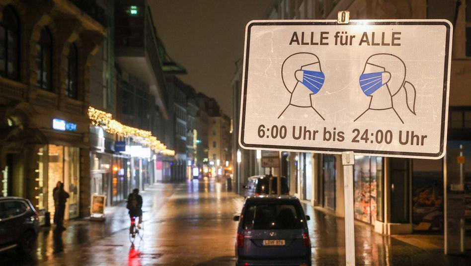 Ein Schild in Leipzig weist auf die Maskenpflicht hin: Stimmen für eine Verlängerung des Shutdowns werden lauter