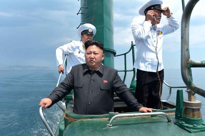 Diktator Kim inspiziert ein nordkoreanisches U-Boot