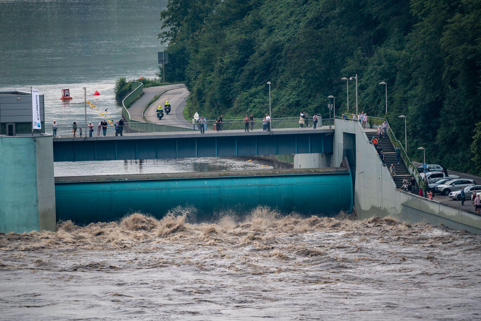 Wehr des Baldeneysee in Essen, die Wassermassen tosen durch die geöffneten Stauwehre, Hochwasser an der Ruhr, nach lang