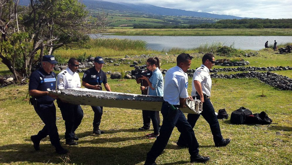 Unglücksflug MH370: Wrackteile im Wasser
