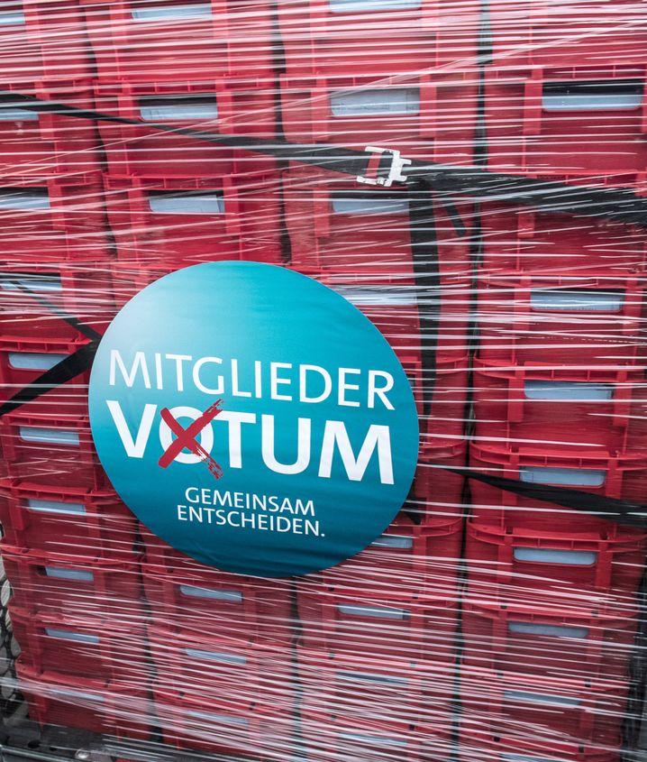 Container mit ausgefüllten Wahlunterlagen zum Mitgliedervotum