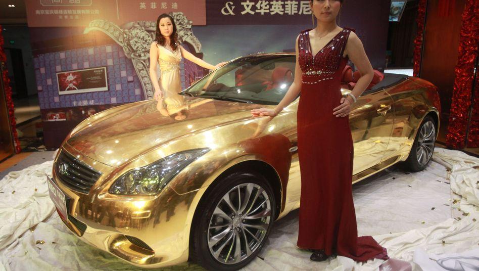 Models mit vergoldetem Auto: Mit Prasserei signalisieren Männer oft Interesse an Sex