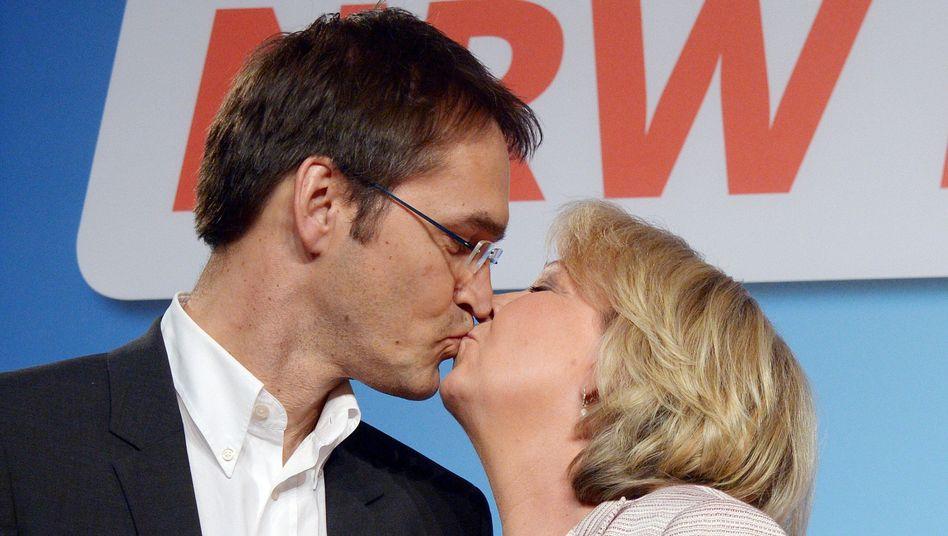 Sieht nur aus wie ein Filmkuss: Hannelore Kraft und ihr Mann Udo am Wahltag