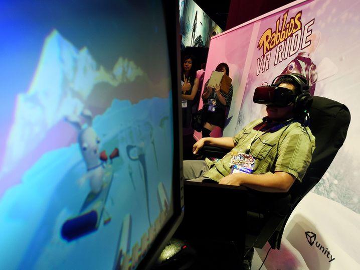 """Auf der E3 zeigte Ubisoft eine VR-Achterbahnfahrt im """"Rayman Raving Rabbids""""-Universum: Der VR-Headset-Träger saß dabei auf einem Rüttelsitz"""
