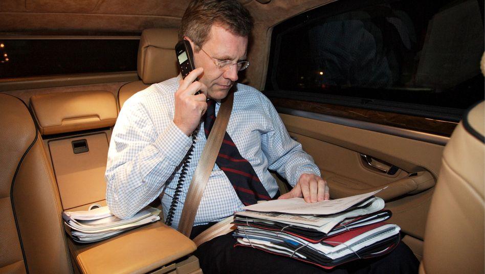 Christian Wulff in seiner Limousine, 2008: Damit er künftig nicht im Auto arbeiten muss