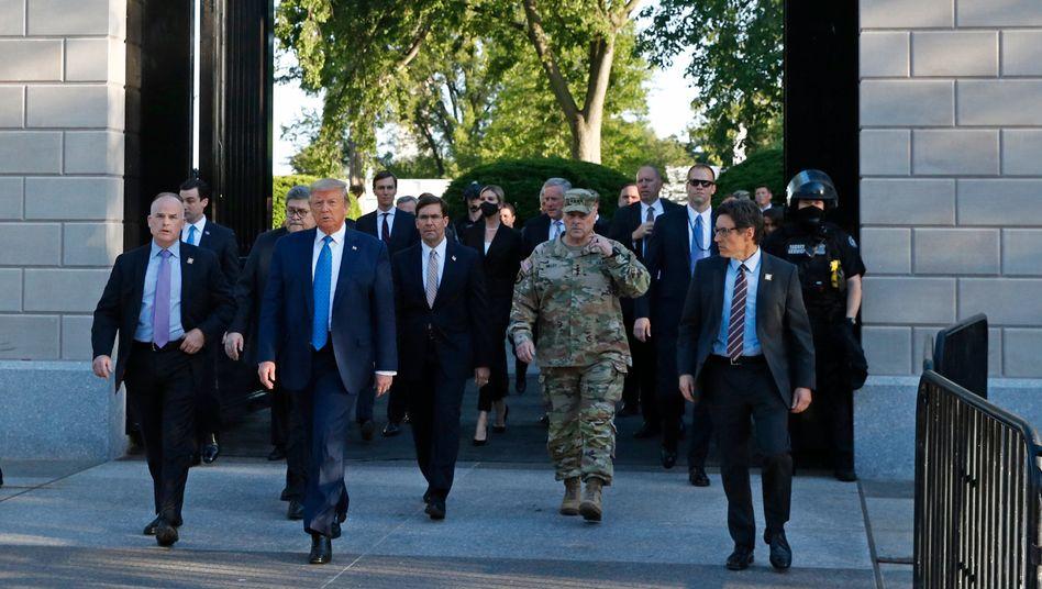 US-Präsident Trump verlässt für einen Auftritt vor der St. John's Episcopal Church mit seinem Tross das Weiße Haus