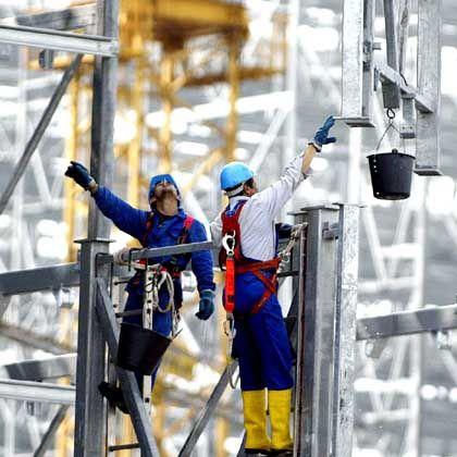 Bauarbeiter im Hafen von Bremen: Wachstumsrate nach oben korrigiert