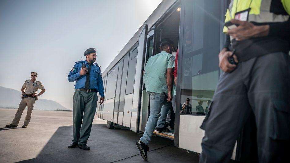 Abgeschobene Afghanen bei der Ankunft in Kabul (Archivfoto): Kanzlerkandidat Laschet will weiter »konsequent« abschieben – trotz der Gefahren im Land
