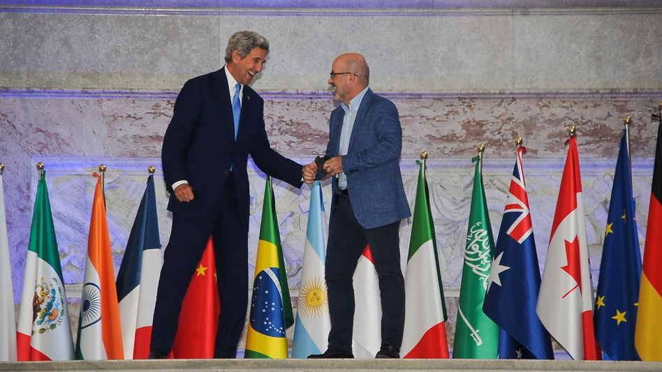 John Kerry, Klimabeauftragter der USA, Roberto Cingolani, Umweltminister von Italien, am Freitag beim Treffen der G20-Umweltminister in Neapel