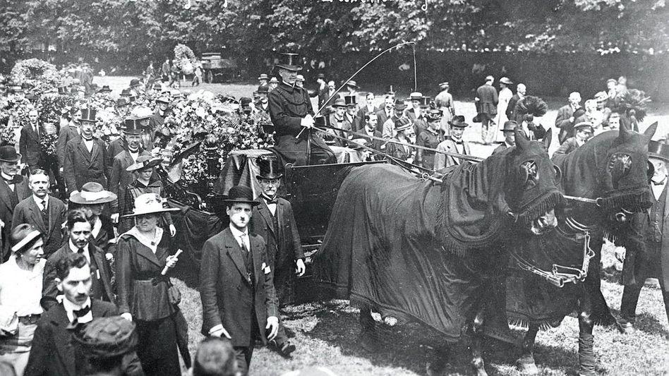 Zur Beisetzung Rosa Luxemburgs am 13. Juni 1919 kamen Tausende – hier der Trauerzug durch den Berliner Tiergarten.