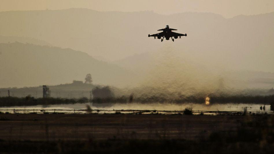 Auf dem Weg zum Libyen-Einsatz: Ein Nato-Flugzeug in Sizilien