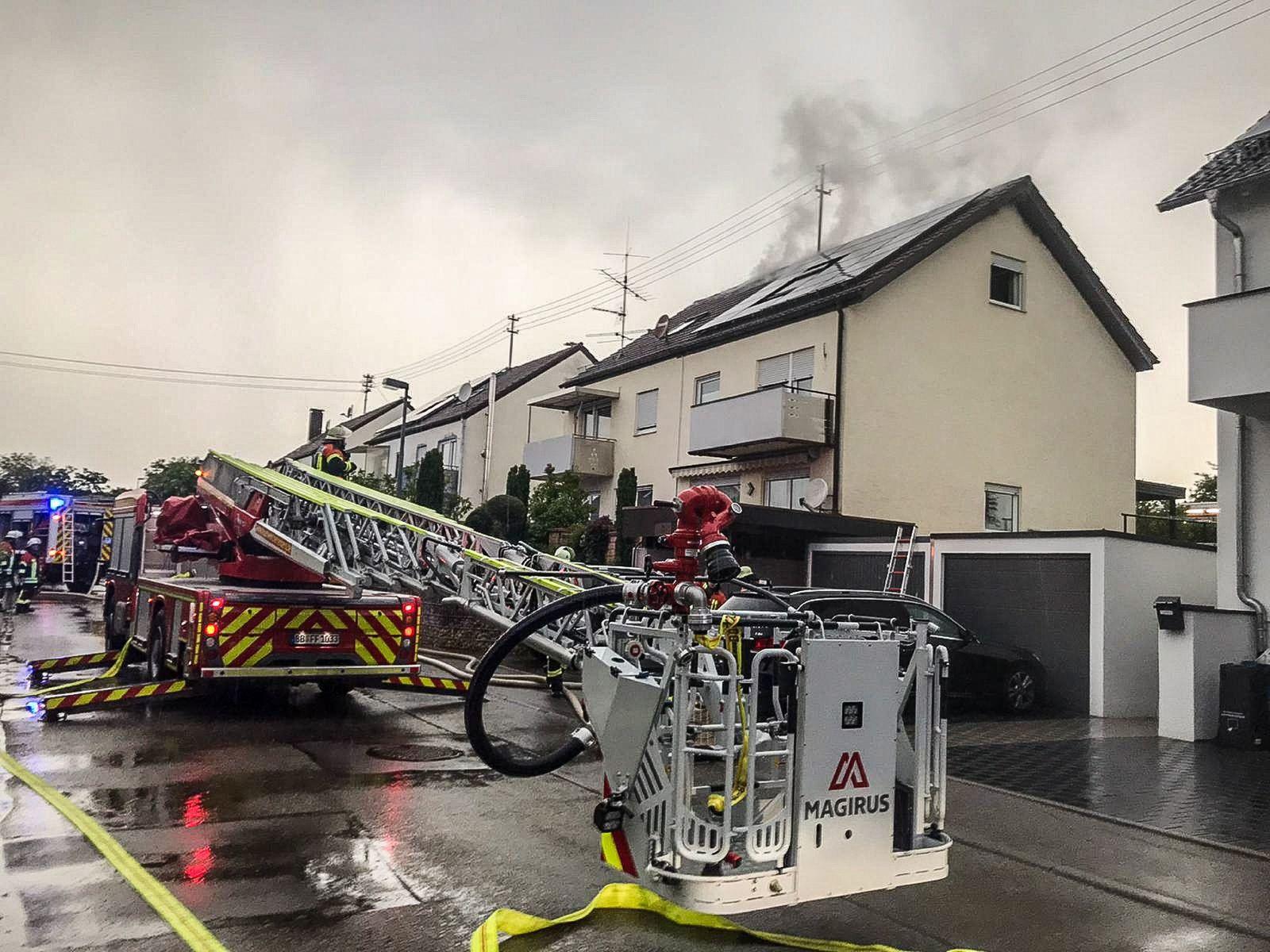 Unwetter - Blitz setzt Dachstuhl in Brand