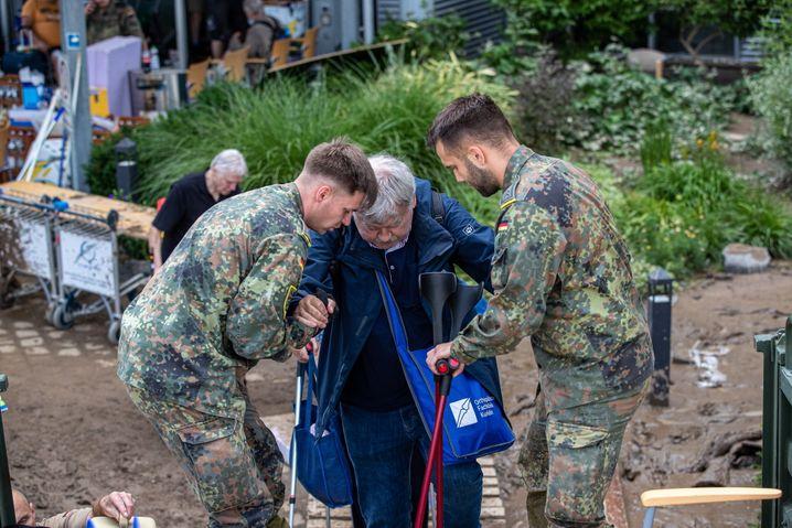 Bundeswehr-Soldaten helfen bei der Evakuierung
