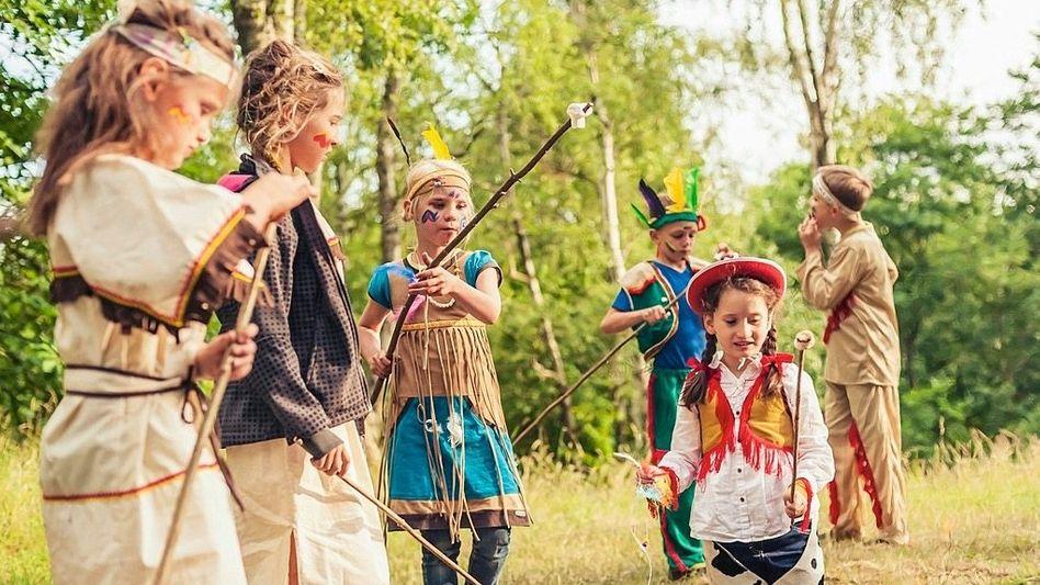 Kinder bei Indianer-und-Cowboy-Party in Deutschland