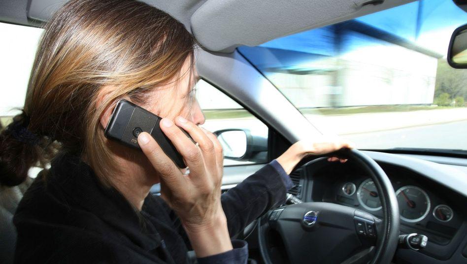Handy am Steuer: Kostet künftig 60 statt 40 Euro Strafe
