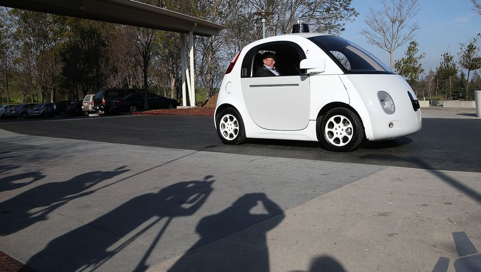 Google-Chairman Eric Schmidt in dem selbstfahrenden Prototypen des Konzerns