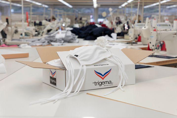 Maskenproduktion bei Trigema: Die Firma hat plastikummantelten Draht für eine Million Masken bestellt