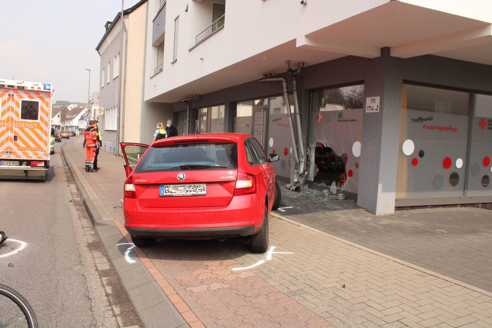 Auto rast in Glasfassade einer Kita