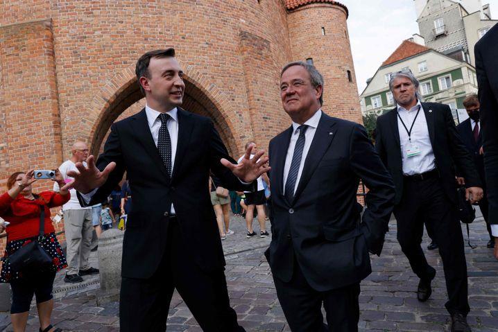 Laschet und CDU-Generalsekretär Paul Ziemiak beim Spaziergang durch Warschaus Altstadt