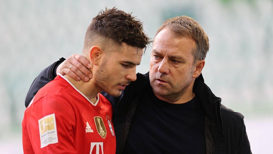Bayern-Trainer Hansi Flick (r.) mit seinem Innenverteidiger Lucas Hernández