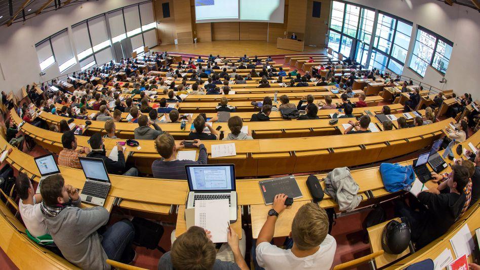 Vorlesung: Versicherungsschutz bis Semester 14 oder bis zum 30. - in Ausnahmen aber auch länger