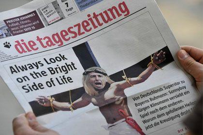 """""""taz""""-Ausgabe mit dem ans Kreuz genagelten Klinsmann: Antrag des Trainers gegen Verbot gescheitert"""