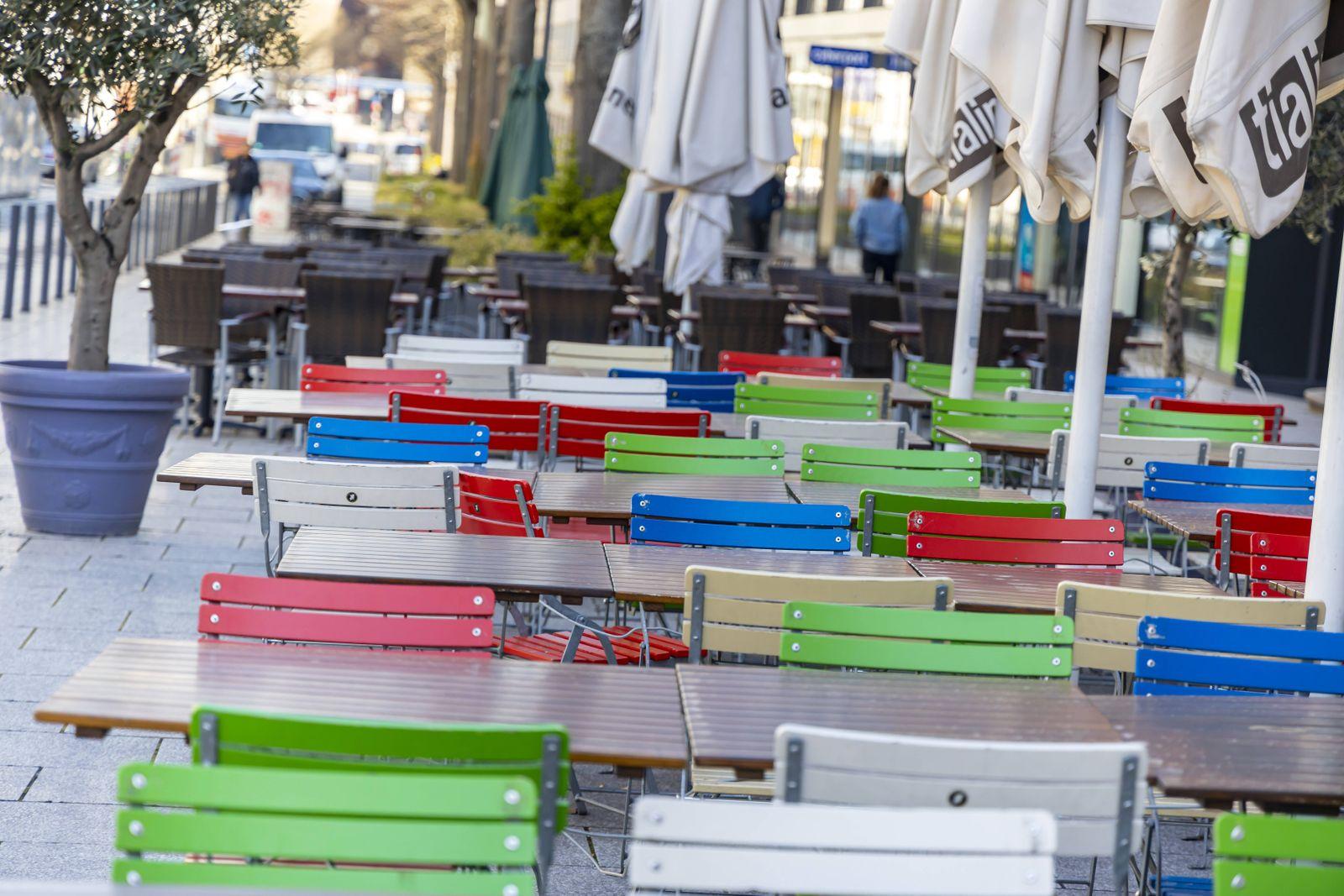DEU, Deutschland, Baden-Württemberg, Stuttgart, 03.04.2020: Straßencafes sind aufgrund einer Allgemeinverfügung geschlo
