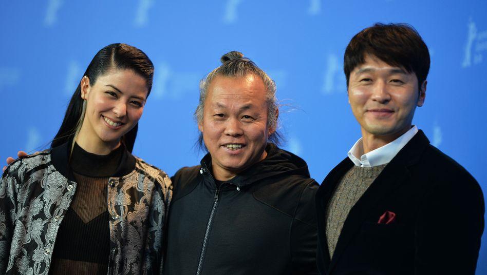Regisseur Kim Ki Duk umrahmt von Schauspielerin Mina Fujii und Schauspieler Lee Sung-jae