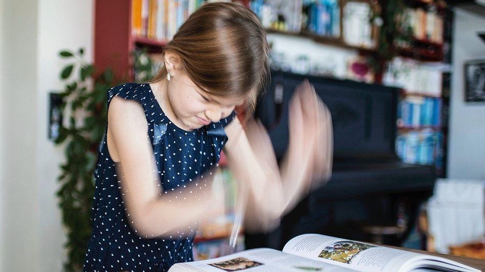 Mädchen mit Schulbüchern: Bei Kindern aus bildungsfernen Familien sind die Lücken größer
