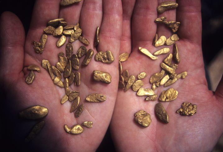 Zwei Hände voll Gold – dafür müssen Golpira und ihr Team lange suchen. Das meiste Gold, das sie finden, ist sehr viel feiner und kann nicht als Nugget bezeichnet werden.