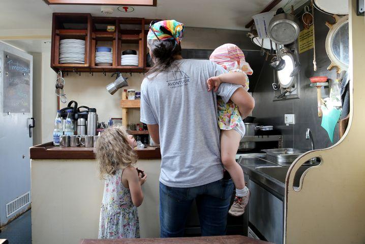 Nach der Reise: Peggy zeigt ihren Nichten die Küche an Bord