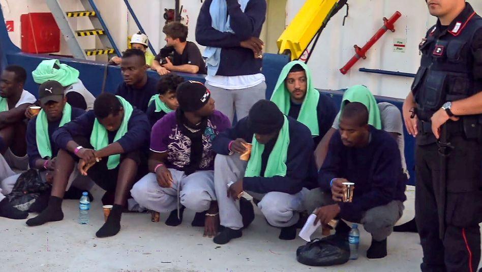 """Flüchtlinge der """"Sea-Watch 3"""" nach dem Landgang auf Lampedusa am Sonntag"""