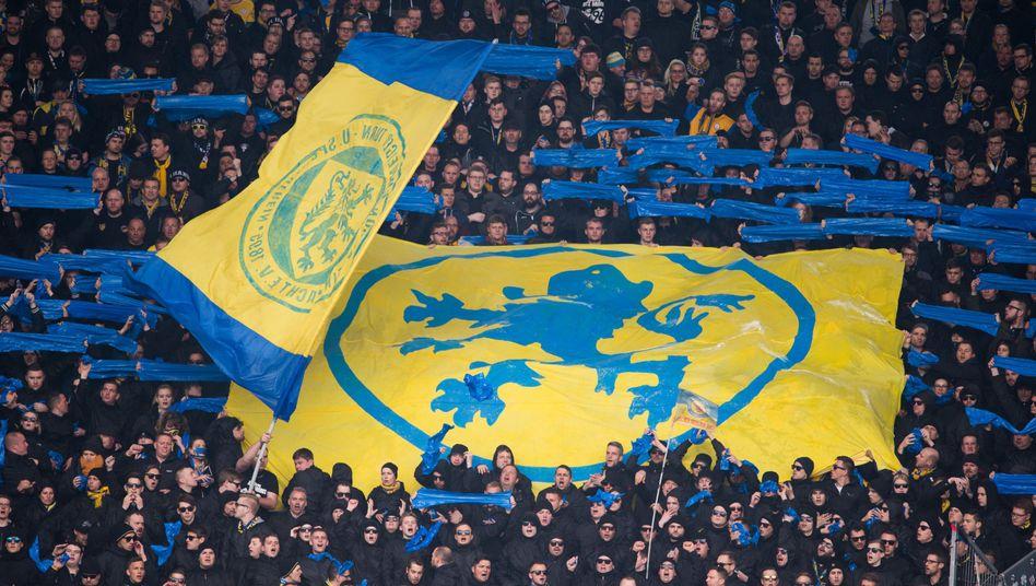 Fans von Eintracht Braunschweig beim Spiel gegen Hannover 96