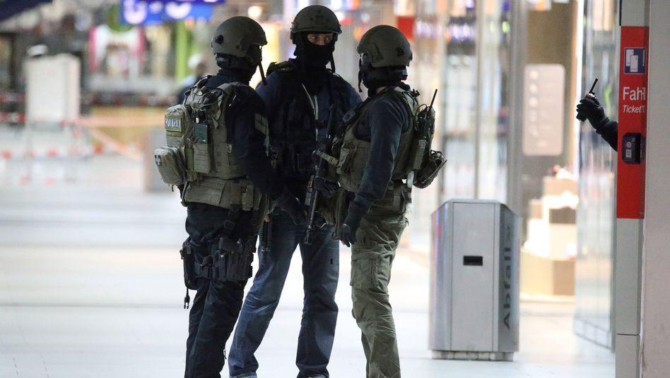Beamte eines Spezialeinsatzkommandos (SEK) im Hauptbahnhof Düsseldorf