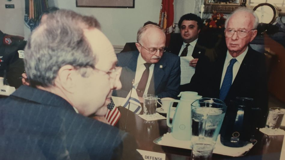 US-Verteidigungsminister William Perry (l.), Israels Ministerpräsident Yitzhak Rabin (r.), Diplomat Jeremy Issacharoff (hinten, 2. v. r.) 1995