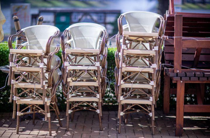 Die Stühle stehen bereit: In Mecklenburg-Vorpommern öffnen heute wieder Restaurants - unter Auflagen