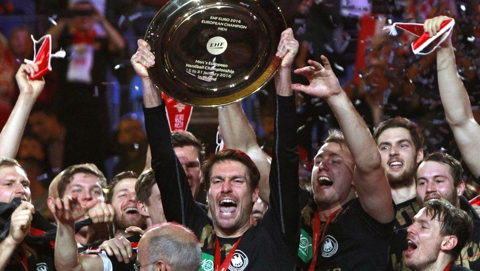 Jubelnde Handballer: Teamgeist keine hohle Phrase