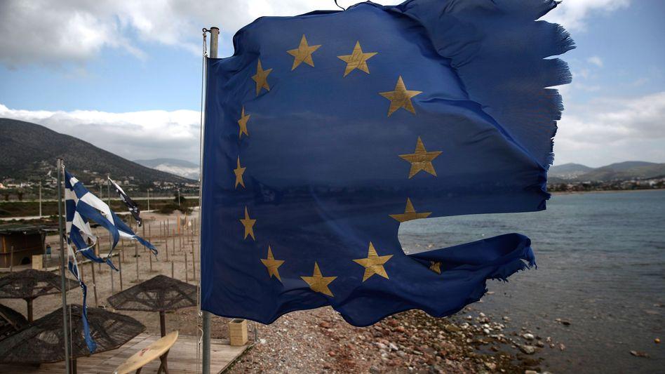 Zerfetzte EU-Flagge (in Griechenland): Das Scheitern in der Flüchtlingskrise könnte einen Dominoeffekt haben