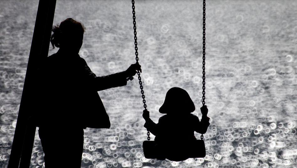 Mutter mit Kind in Hamburg (Archiv): Lebenssituation in Deutschland vergleichsweise gut