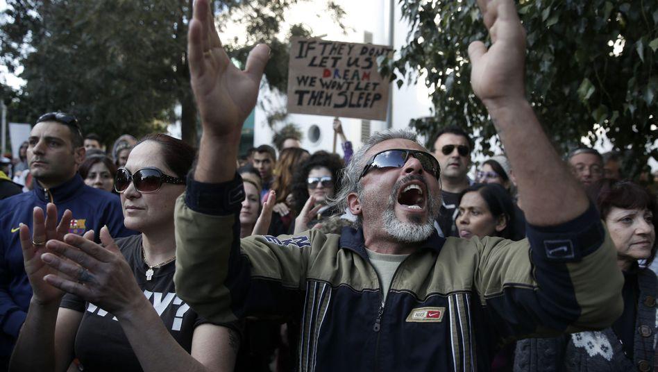 "Heftige Proteste vor dem Parlament in Nikosia: ""Der Kapitalismus macht uns kaputt"""