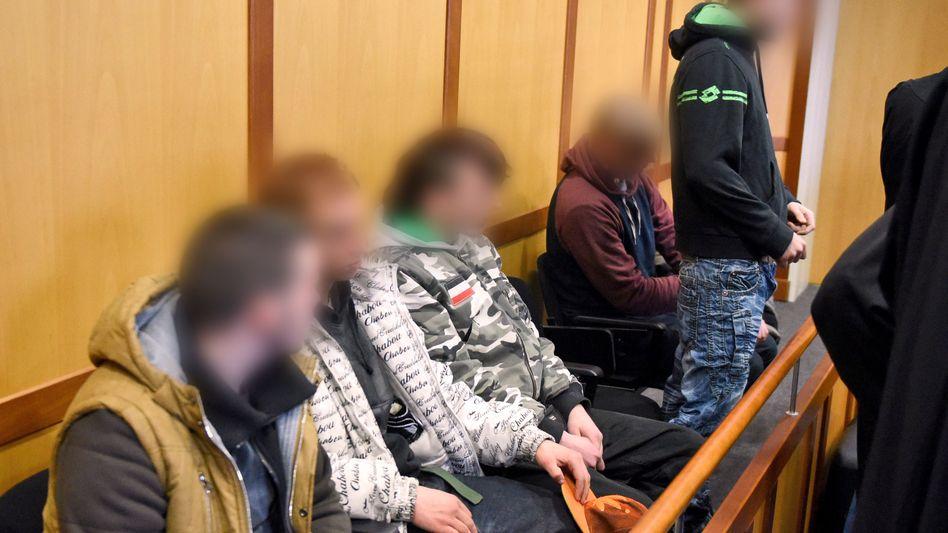 ARCHIV - Die Angeklagten zu Beginn des Prozesses.
