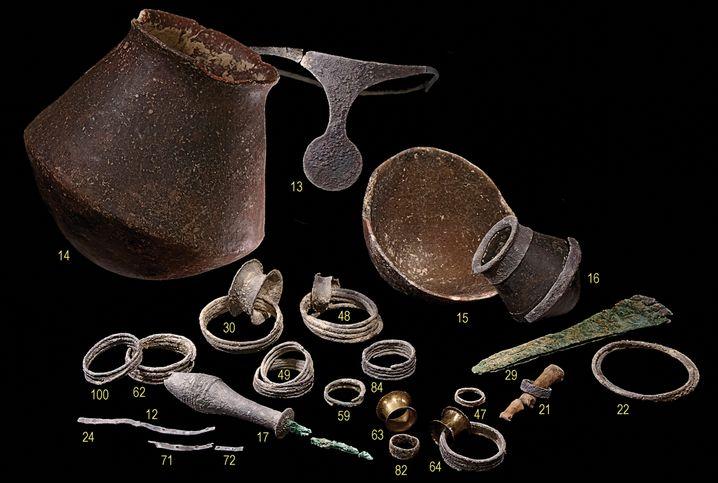 Grabbeigaben aus Bestattung 38: Die meisten Gegenstände wurden der Frau zugeordnet